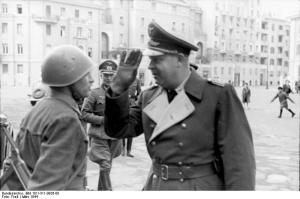 Mälzer durante una parata a Nettuno nel marzo 1944.