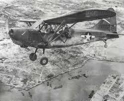 Un Piper in volo di ricognizione. Lo stesso velivolo con cui il gen. Poli atterrò all'aerorporto di Borgo Panigale (BO) il 19 aprile 1945.