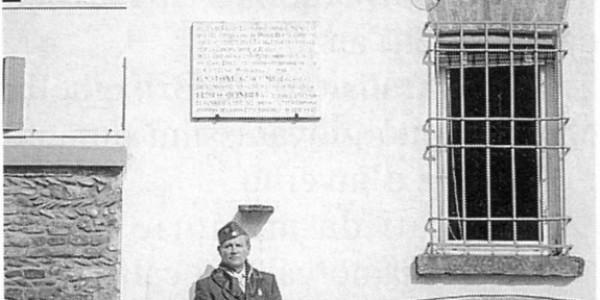 Abbazia : Mario Mari sotto la lapide del cap. MOVM Gastone Giacomini