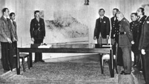 Nel salone di palazzo Borbone, Caserta, a sinistra i delegati tedeschi, di fronte l'estensore del verbale delle tre firme e l'interprete tedesco, a destra il Generale Morgan e alle sue spalle anche il Generale Kislenko (con gli stivali).