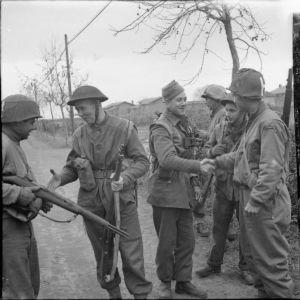 ANzio 1944. Incontro tra soldati inglesi e americani.