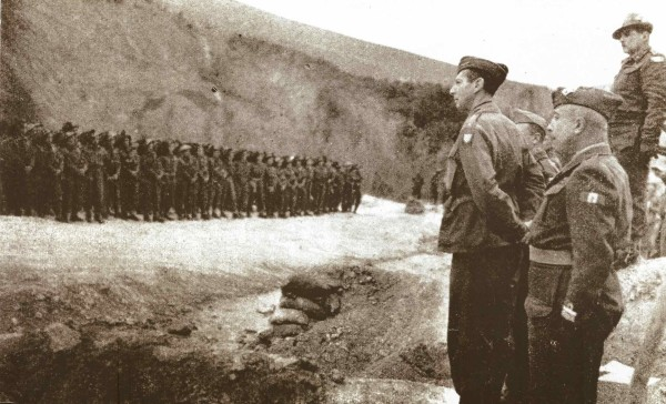 12 aprile 1945. Il gen. Clark e il gen. Utili in rassegna al Gruppo di combattimento Legnano.