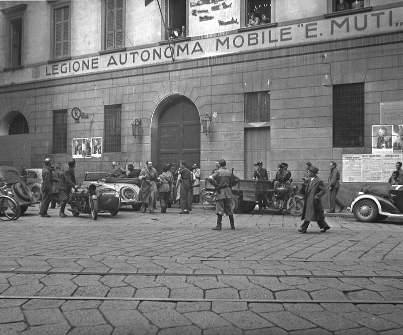 Milano, aprile 1945. Soldati della Xª Flottiglia MAS catturati e fatti prigionieri dal IV battaglione della Guardia di Finanza del colonnello Malgeri.