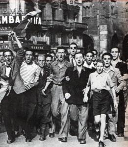 Milano, 26 luglio 1943.Alla notizia della caduta di Mussolini, un corteo esulatante percorre le vie della città.